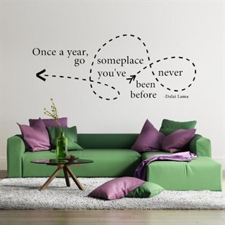 "Wallsticker med citatet ""Once a year, go someplace"" af Dalai Lama"